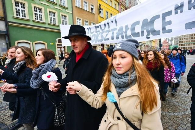 Polonez dla Fredry 2014. Maturzyści zatańczyli poloneza na wrocławskim Rynku