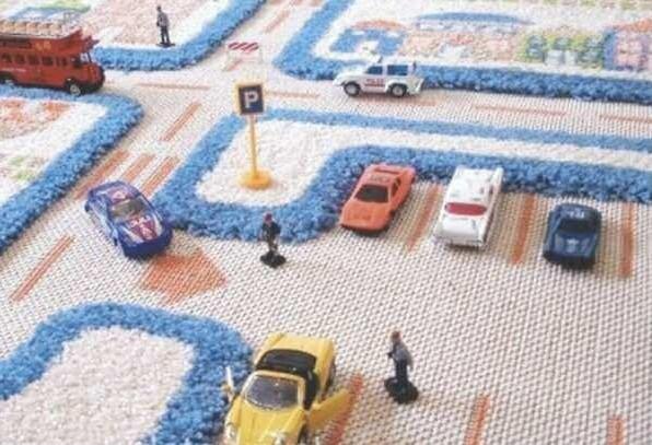 Trójwymiarowy dywanNa dywanie 3D dziecko może przemierzać ulice i uczyć się zasad ruchu drogowego lub grać w piłkę na boisku.