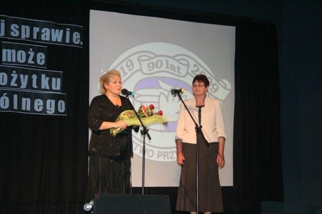 Danuta Umińska (z prawej) przyjmuje życzenia od Bożeny Kordek – przewodniczącej Rady Powiatu.