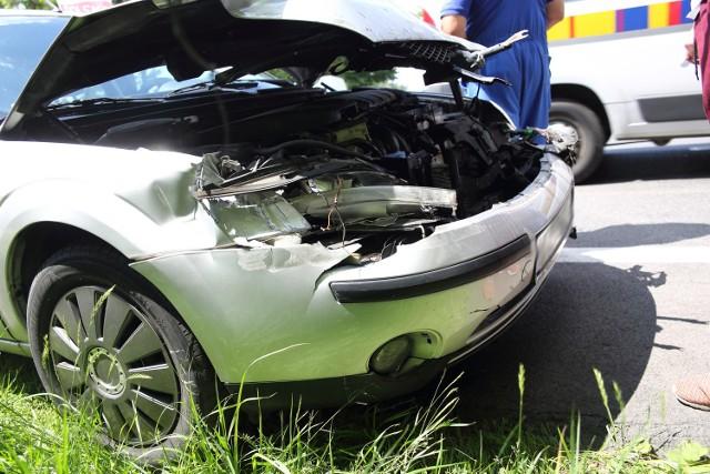 Kierujący fordem (rejestracja z powiatu ostrołęckiego) nie zachował należytej odległości od poprzedzającego pojazdu.