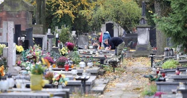 Nie wykluczone, że łódzkie cmentarze zostaną zamknięte dla odwiedzających. Przed niedzielą palmową wiele osób porządkuje i zdobi groby. Tłumnie odwiedza się je w czasie świąt Wielkanocnych. Zdaniem niektórych urzędników stanowi to zagrożenie epidemiologiczne. W Warszawie zamkniete do 11 kwietnia cmentarz Powązkowski i Bródnowski. Czytaj więcej - KLIKNIJ DALEJ
