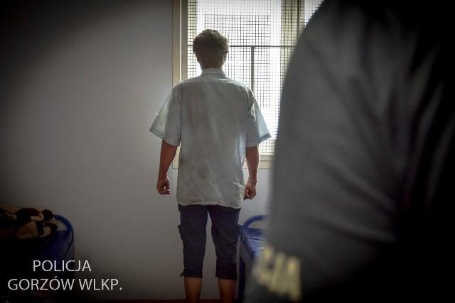 35-latek został zatrzymany w gorzowskiej komendzie, a skradziony za zachodnią granicą skuter został zabezpieczony. Podejrzany po wytrzeźwieniu usłyszy zarzuty i zostanie przewieziony do zakładu karnego.