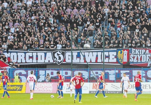 Kibice gości na stadionie Piasta Gliwice rzadko siadają na krzesełkach, wbrew apelom spikera stoją też na schodach. Zmiany w ustawie dają możliwość miejsc stojących dla fanów drużyn przyjezdnych