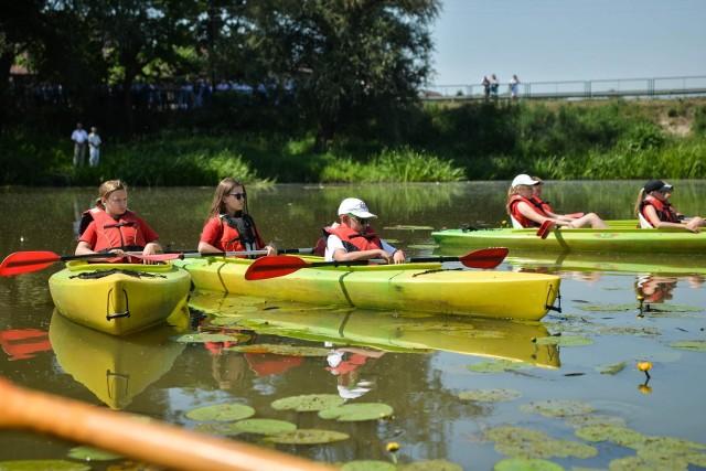 Białobrzescy ratownicy organizują wakacyjne zajęcia dla dzieci, w programie są między innymi spływy kajakowe.
