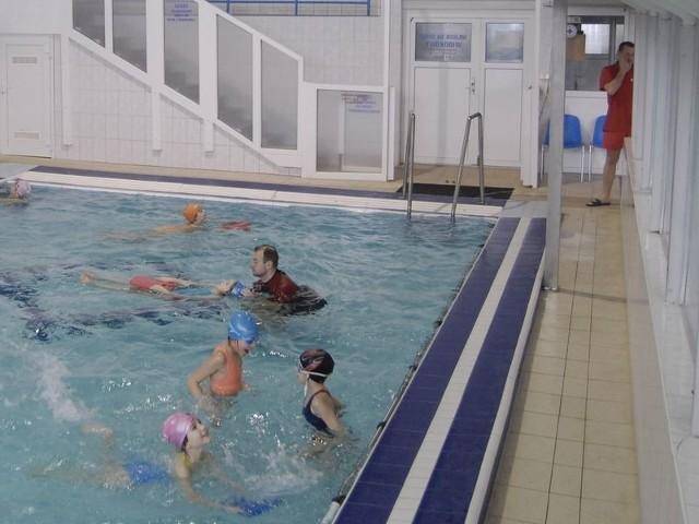 Podczas zajęć na basenie uczniowie mają fachową opiekę. Problem jest tylko podczas przebierania się przed zajęciami i po nich.