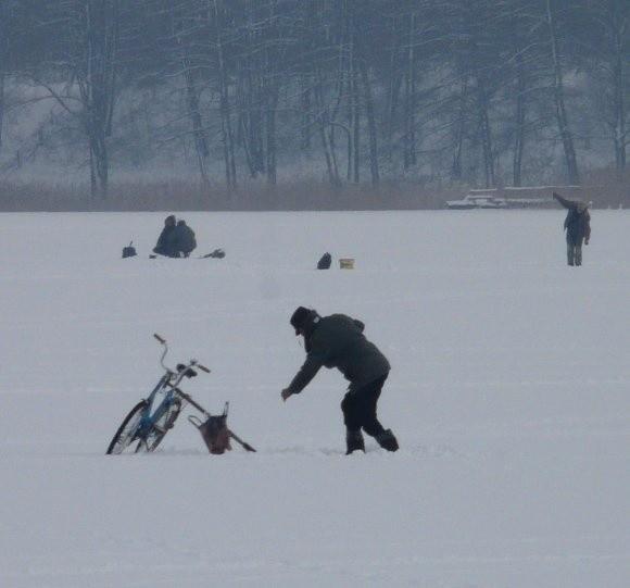 W sobotnie popołudnie na środku jeziora w Chociwlu wędkarz, który wjechał tam na rowerze łowił ryby.