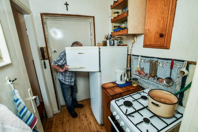 Pan Piotr z Bydgoszczy żyje na 14 metrach kwadratowych. Dostaje 850 zł emerytury, z czego ponad połowa idzie na rachunki. I tak sobie radzi