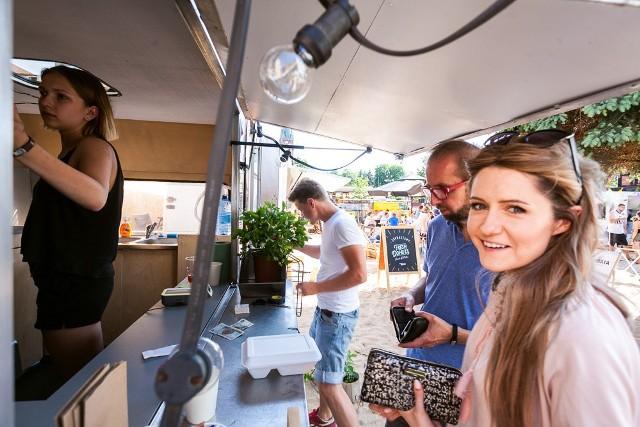 """Przy ulicy Stary Port 15 w Bydgoszczy powstała plaża food trucków, na której można wypocząć, dobrze zjeść i posłuchać świetnej muzyki. """"Nowy Port"""" będzie tam działał przez całe lato. Na miejscu znajduje się siedem ciężarówek z jedzeniem, pączkami i kawą  z Landschaftu, a oprócz tego bar piwny. W niedzielę między 15 a 17 do """"Nowego Portu"""" warto przyjść z dziećmi - będzie na nie czekało dużo atrakcji.***Wideo: Pogoda na dzień (05.06.2016)    KUJAWSKO-POMORSKIEźródło: TVN Meteo Active/x-news"""