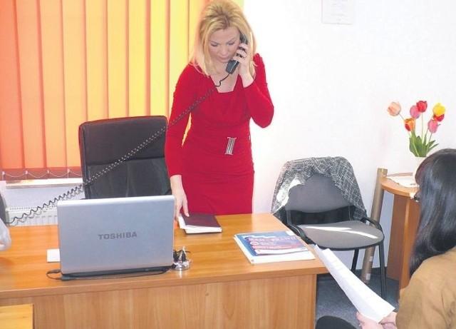 Edyta Domińczak, stargardzki rzecznik konsumentów (stoi), spodziewa się wizyty kolejnych osób skarżących się na firmę Telekomunikacja Dzień Dobry S.A. – Ta firma zaczyna działać w naszym regionie. Trzeba być bardzo ostrożnym i uważnie czytać umowy przed podpisaniem – przestrzega pani Edyta.