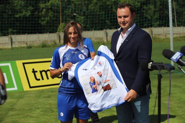 Kapitan Daria Kurzawa wręczyła koszulkę Andrzejowi Kuczyńskiemu, członkowi zarządu ds. operacyjnych TME