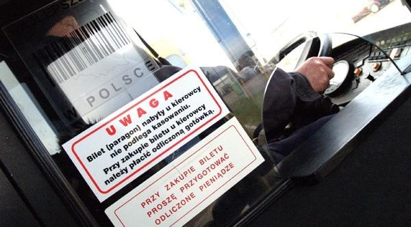 Napisy umieszczone w autobusie MZK są jednoznaczne – każdy pasażer kupując bilet u kierowcy powinien mieć odliczone pieniądze.