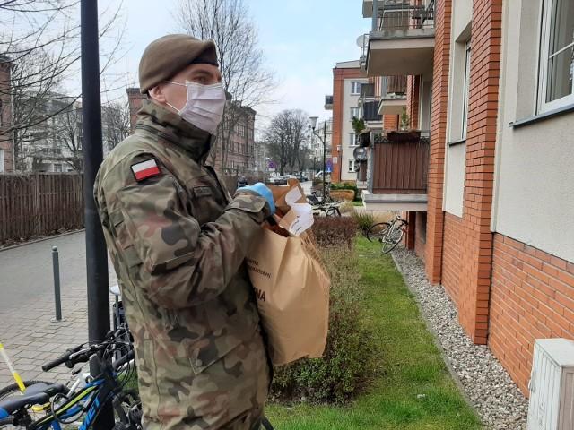 Żołnierze nie tylko pilnują, czy mieszkańcy przestrzegają zasad kwarantanny, ale również robią zakupy