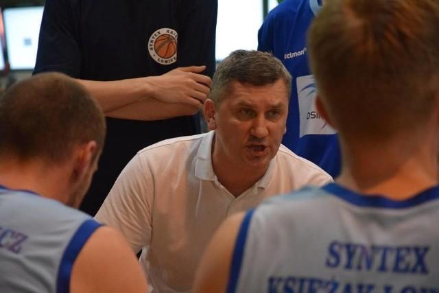 Trener Robert Kucharek w rozmowie ze swoimi podopiecznymi