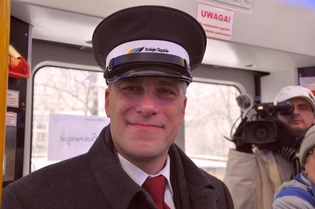 """Jako """"mały"""" kolejarz. Falstart Kolei Śląskich to jego koniec. Na torach chaos, a on dzień wcześniej w czapce kolejarza odprawia pociągi."""