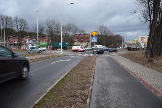 Prawoskręt na rondzie Batorego przysparza kierowcom wiele trudności