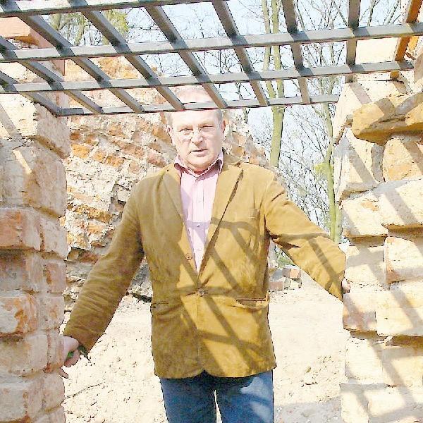 Na widok ponownie zniszczonych ruin Klimka ręce załamuje Ryszard Kucharczyk, grudziądzki pasjonat historii i zabytków