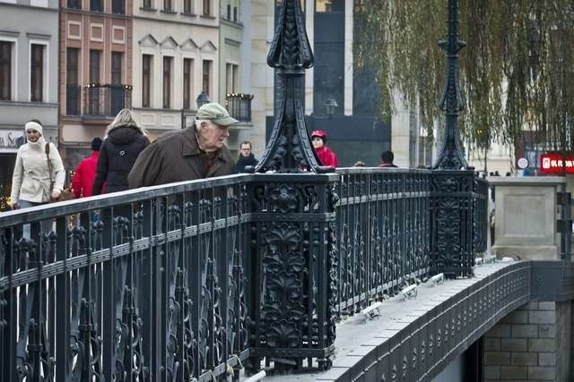 Na moście im. Jerzego Sulimy-Kamińskiego dwóch mężczyzn zniszczyło kwiaty