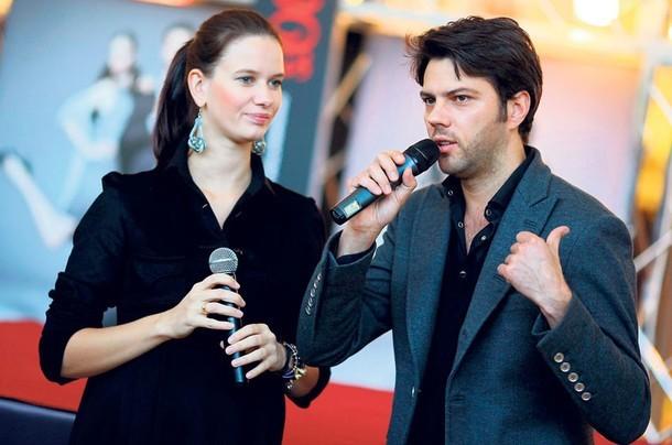 Olivier Janiak bardzo często bierze udział w otwarciach galerii handlowych. Wraz z Joanną Krupą gościli na otwarciu Galerii Rzeszów.