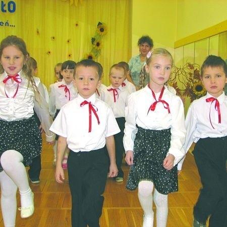 """Chlubą Przedszkola nr 1 jest między innymi zespół """"Tańczące jedyneczki"""". Sześciolatki przed występem dużo ćwiczyły. I choć na początku były nieco skrępowane, ich część artystyczna wypadła bardzo dobrze."""