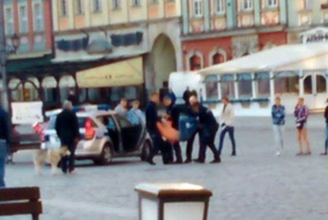 Kadr z filmu, pokazującego jak policjanci próbowali zatrzymać Igora Stachowiaka na wrocławskim Rynku