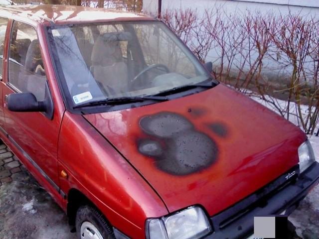 - Straż Pożarna po akcji gaśniczej stwierdziła: zwarcie instalacji elektrycznej pojazdu - informuje Internauta. Strażacy wstępnie straty oszacowali na dwa tysiące złotych.