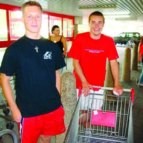 – To dziwna historia, nas jednak bardziej interesuje to, co można tu taniej kupić – mówią Marcin Wasilewski ( z lewej) i Paweł Gąska