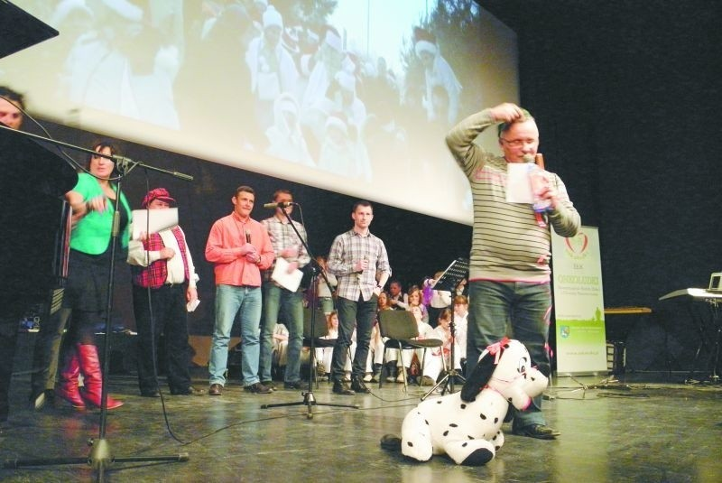 President Band, czyli śpiewająca ekipa władz miasta w towarzystwie radnych. Od prawej: Mirosław Sawczyński, Tomasz Andrukiewicz, Kamil Buksa, Artur Urbański, Bogusław Wisowaty i Ewa Awramik.