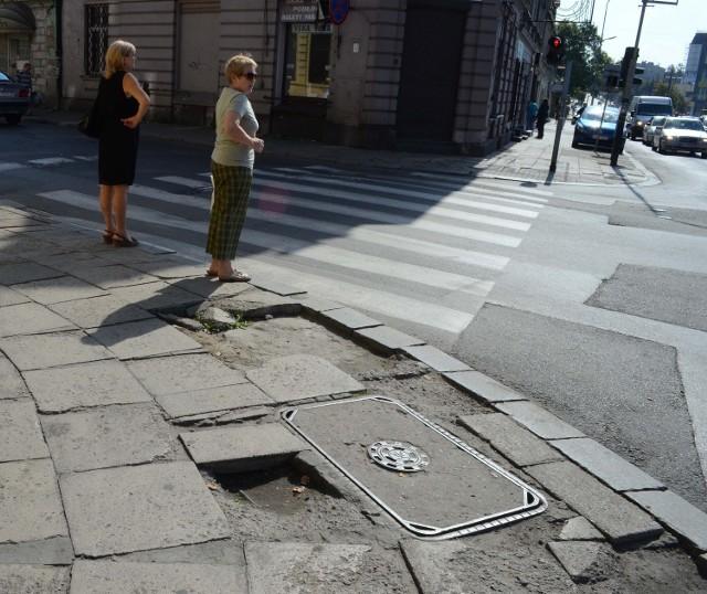 Nie trudno skręcić sobie nogę w kostce chodząc po tak dziurawym chodniku.