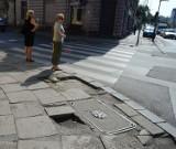 Koszmarny chodnik na ul. Zarzewskiej. Idzie połamać nogi