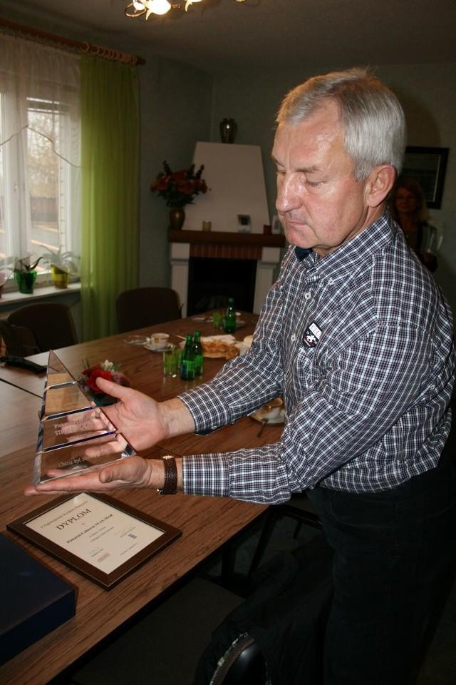 Stanisław Szczęsny pokazuje I nagrodę w Ogólnopolskim Konkursie Pieczywa, zdobytą w tym roku