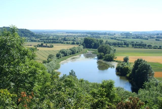 Majestat przyrody obserwować można z tego miejsca - z Góry św. Wawrzyńca. Widoczne jezioro jest reliktem z czasów polodowcowych, gdy całą szerokość doliny wypełniała Wisła
