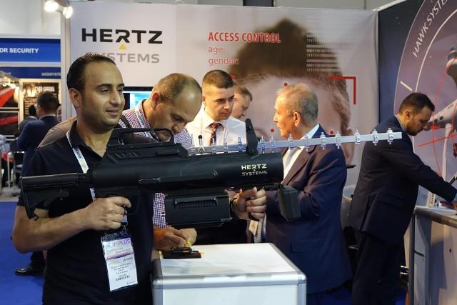 Zielonogórska firma Hertz Systems jest jedynym reprezentantem Polski na największych światowych targach bezpieczeństwa Intersec 2017, które odbywają się w Dubaju. Hertz System pokazuje w Dubaju swoje najnowsze osiągnięcia: system antydronowy Jastrząb, innowacyjny projekt Sztuczne Niebo oraz system kontroli dostępu z inteligentnym rozpoznawaniem twarzy. Szczególnym zainteresowaniem targowych gości cieszy się unikalny system Jastrząb, który pozwala na wykrycie i neutralizację dronów. Czytaj też: Firma Hertz Systems odniosła sukces na targach w Kielcach