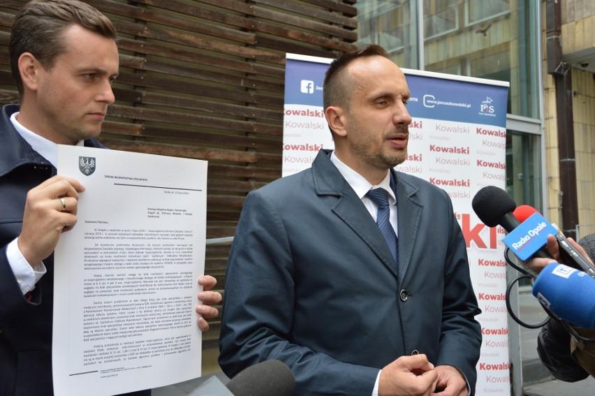 Janusz Kowalski na czwartkowej konferencji pod urzędem marszałkowskim w Opolu.