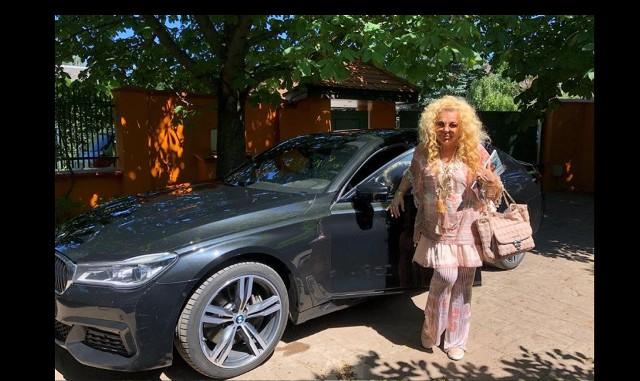 Popularna restauratorka i gwiazda TVN Magda Gessler sprzedaje swój samochód. - Kochani okazja! Do sprzedania mam moją kochaną torpedę marki BMW - pisze Magda Gessler na jednym z portali społecznościowych. Auto Magdy Gessler nie należy do tanich. To luksusowe BMW serii 7. W podstawowej wersji kosztuje około 550 tys. zł. Ale prowadząca Kuchenne Rewolucje przygotowała nie lada gratkę, dla osoby, która kupi jej samochód i ma nadzieję, że przyspieszy to transakcję.Zobacz też:Magda Gessler w łódzkiej kawiarni z Natalią Siwiec
