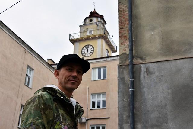 Znany sądeczanin Mariusz Brodowski, artysta znany pod pseudonimem Mgr Mors rozpoczął dzisiaj swoją pracę w Gorlicach