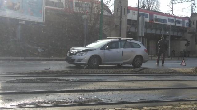 Pułaskiego/Niska: Rozbite auto blokuje jeden pas ruchu
