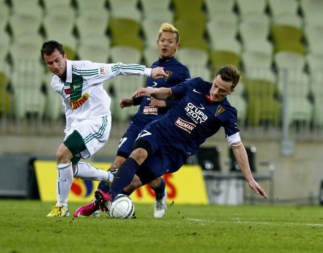 Maksymilian Rogalski walczy o piłkę.