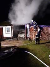 Groźny pożar w Jeżowem - od płonącego samochodu mógł zapalić się składzik drewna. To kolejny pożar w ostatnich dniach w tej miejscowości