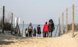 Wyspa Sobieszewska pełna ludzi. Wiosenna pogoda skusiła wielu na spacer nad morzem. Straż miejska z apelem o zachowanie zasad bezpieczeństwa