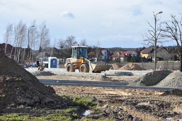 Prace na ul. Tysiąclecia w Szubinie, przy SP nr 2, trwają od stycznia. W kwietniu teren  był jeszcze rozkopany (na zdjęciu). Dziś gros prac już wykonano. Całość ma być gotowa przed 1 września