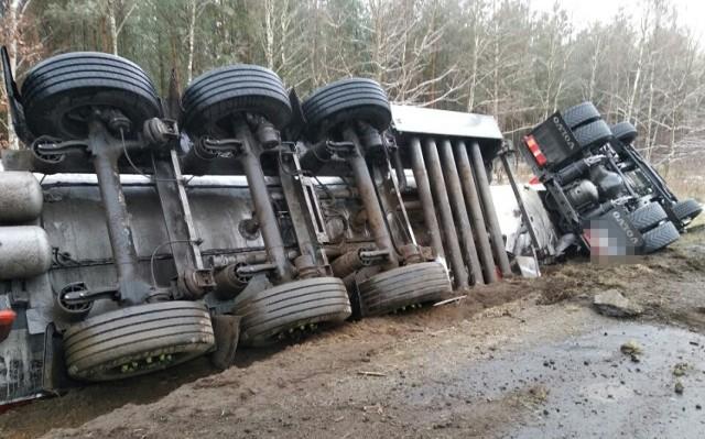 W niedzielę rano na drodze wojewódzkiej nr 181 między Wieleniem a Drawskim Młynem w powiecie czarnkowsko-trzcianeckim przewróciła się cysterna z 20 tonami paliwa. Droga została zablokowana na kilka godzin. Zobacz więcej zdjęć ---->