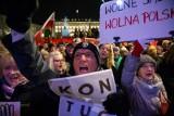"""Warszawa: """"Łańcuch Światła"""" w obronie sądów. Manifestacja przed Pałacem Prezydenckim [ZDJĘCIA]"""