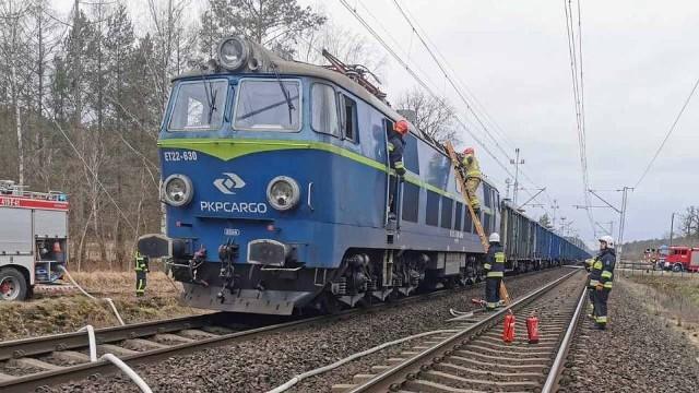Do pożaru doszło w czwartek, 20 lutego, lokomotywa zatrzymała się koło Torzymia. Pożar gasiły cztery zastępy straży pożarnej.Ogień zauważył maszynista podczas jazdy i natychmiast powiadomił strażaków. Dyżurny sulęcińskich strażaków około godz. 15:30 otrzymał zgłoszenie o pożarze lokomotywy.Lokomotywa ciągnąca skład z rudą żelaza zatrzymała się koło Torzymia. Wtedy do akcji wkroczyli strażacy.Polecamy wideo: Gorzów Wlkp. Brutalny napad na kobietę. Dwóch mężczyzn napadło na 56-latkę na przystanku autobusowym.