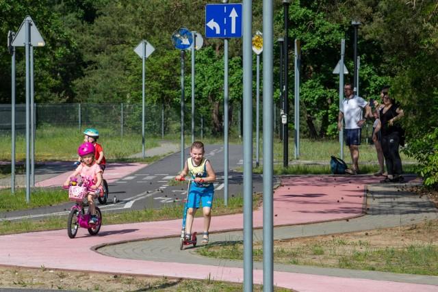 Wielkimi krokami zbliżają się wakacje, więc najmłodsi rowerzyści coraz chętniej szlifują swe umiejętności w Miasteczku Ruchu Drogowego między Parkiem Rozrywki a polaną Różopole w Myślęcinku. Pod czujnym okiem swych opiekunów dzieci mogą przemierzać trasy i rondo, przestrzegając znaków drogowych oraz sygnalizacji świetlnej. Po takim przygotowaniu m.in. rowerowe wycieczki dalekie i bliskie będą z pewnością bezpieczniejsze. Przypominamy, że z miasteczka można korzystać bezpłatnie codziennie w godz. 9-17.