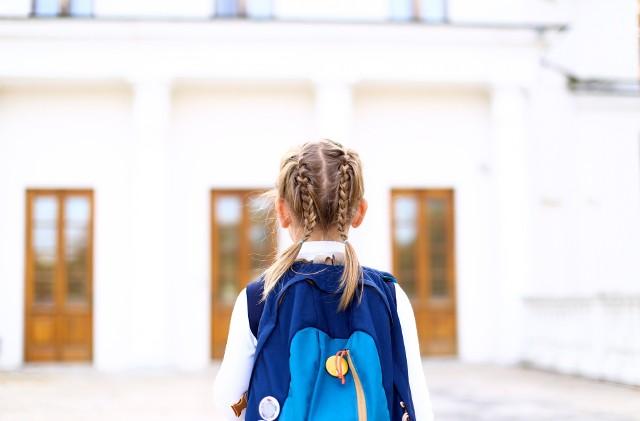 Jakie fryzury do szkoły są teraz modne? Zaczął się nowy rok szkolny, a uczniowie wrócili do szkolnych ławek. Po miesiącach nauki zdalnej to duża zmiana, ale i powrót do normalności. Młodsze dziewczynki uwielbiają, gdy ich mamy przed szkołą wykonują im ładne fryzury bazujące na warkoczach, ale również starsze uczennice często nie zadowalają się rozpuszczonymi włosami lub zwykłym kucykiem. Mamy garść inspiracji na fryzury do szkoły, które wyglądają rewelacyjnie, a wcale nie są trudne w wykonaniu. Zobacz naszą galerię!