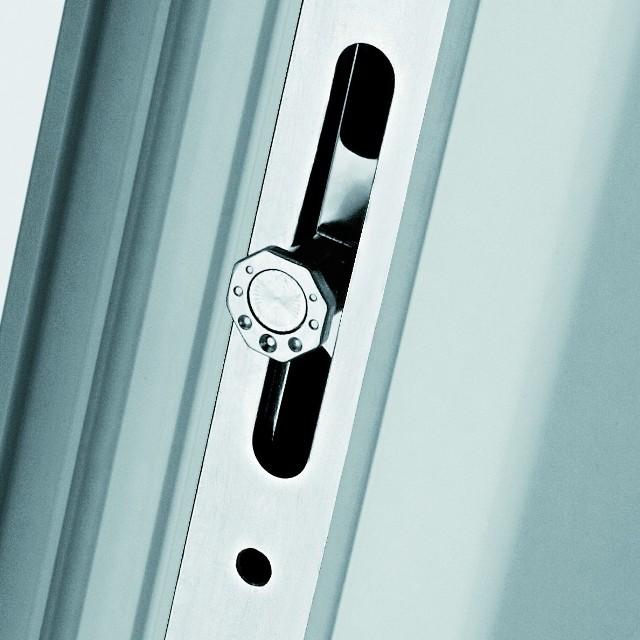 Okucie z grzybkiemPrzykład bezpiecznego okucia z system ryglowania w postaci ośmiokątnego grzybka z mimośrodowym trzpieniem.