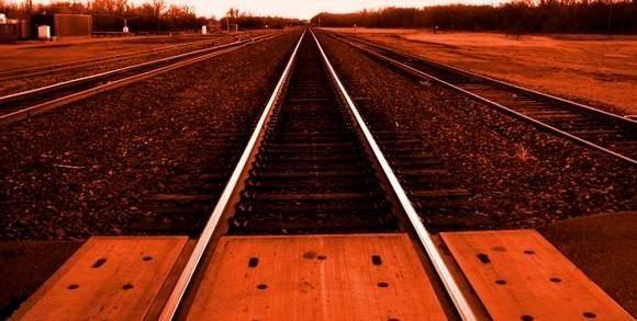 Mężczyzna może mówić o dużym szczęściu. Nic mu się nie stało, pociąg zahaczył tylko jego samochód.