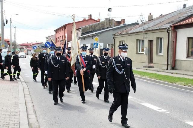 Strażacy po mszy przemaszerowani ulicami Odrzywołu na plac przed Urząd Gminy.