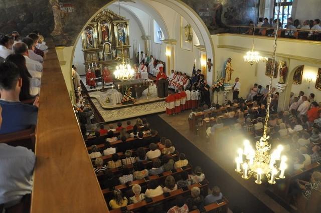 Odnowiony kościół dziś szczelnie wypełnili parafianie.