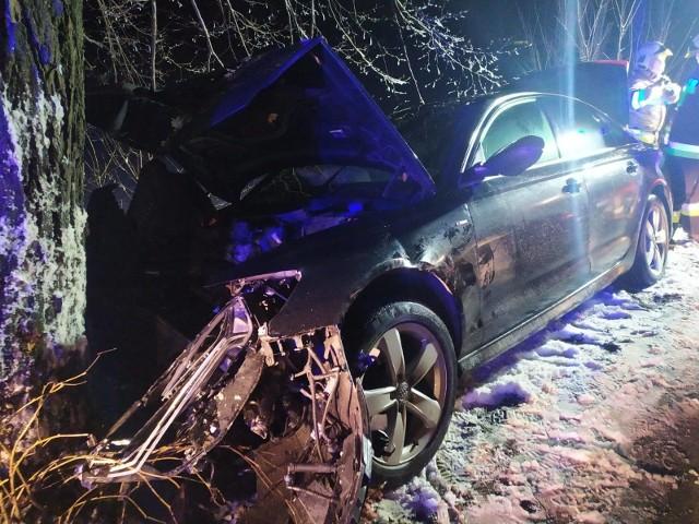 Auto uderzyło w drzewo.